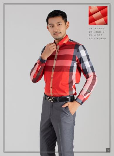 红色格子男衬衣
