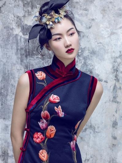 藏蓝色刺绣旗袍