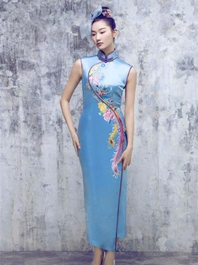 湖蓝色刺绣旗袍